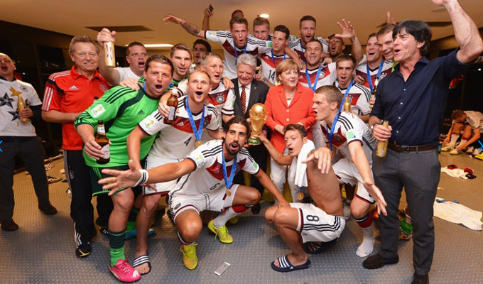 Photos mondial 2014 angela merkel f licite son quipe dans les vestiaires directinfo - Equipe argentine coupe du monde 2014 ...